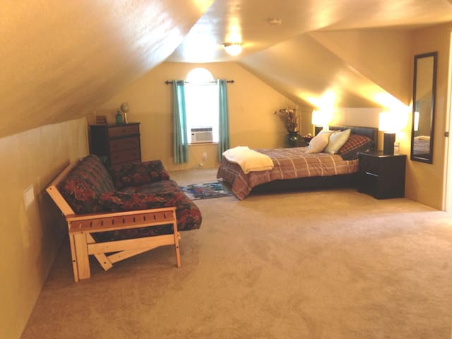 Lg Room and Bath w/ A/C and WiFi in Kent - Kent - Casa