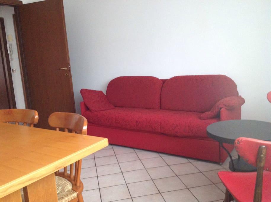 Il divano si trasforma in un comodo letto da una piazza e mezza