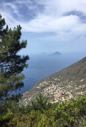 Vue sur Leni et Rinella en redescendant par le flanc sud de Monte Fossa par un chemin connu seulement par Gianluca et les locaux.