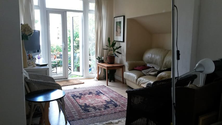 Cosy little house with cats in N10