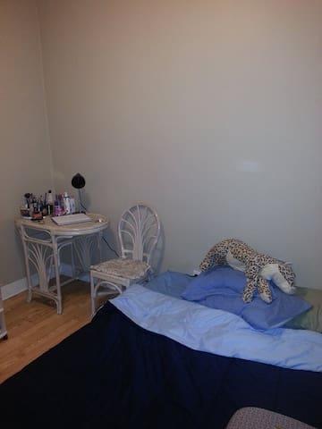 WELL LOCATED GOOD PRICE ROOM. - Toronto - Apartment