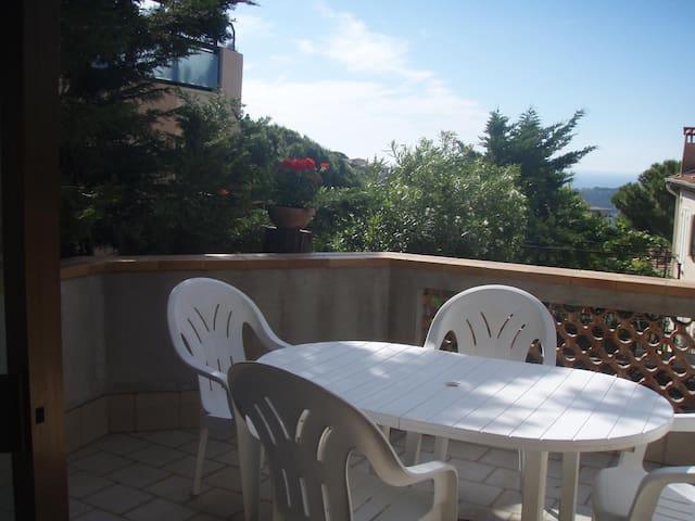 Terrasse avec vue sur mer.