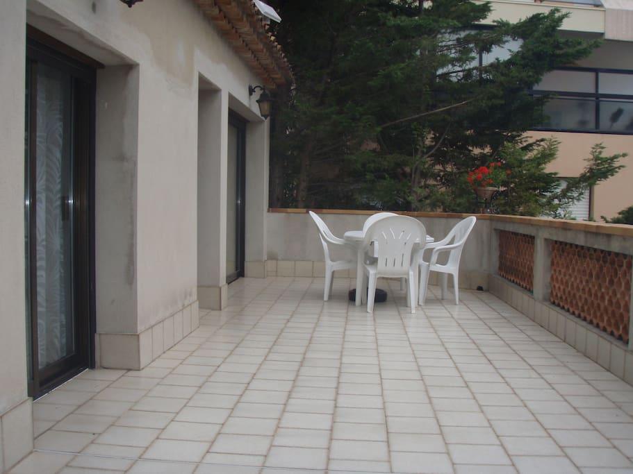 Grande terrasse devant l'appartement