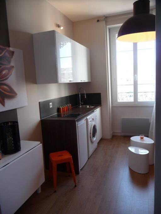 joli studio meubl au pied du m tro apartments for rent in lyon rhone alpes france. Black Bedroom Furniture Sets. Home Design Ideas