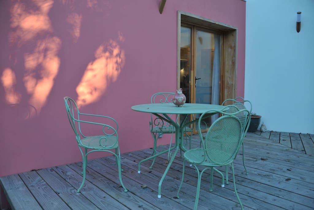 le petit déjeuner en terrasse avec le chant des oiseaux.
