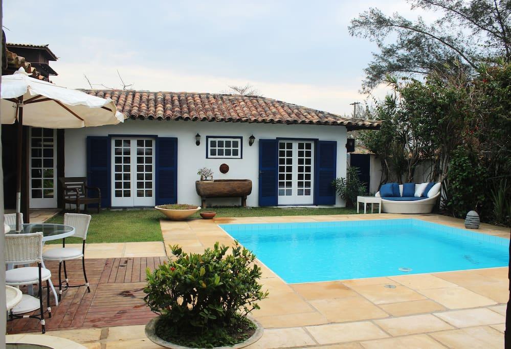 Piscina e porta de quartos  /  Pool and view of the bedroom doors