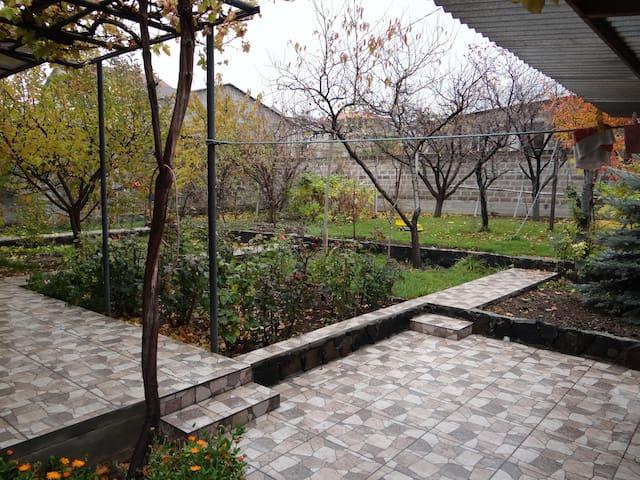 studio+bedroom w/ big garden away from city heat!