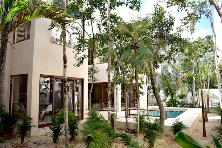 EXQUISITE & CLEAN HOME w/Private Pool & Rooftop