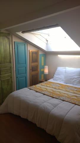 Chambre avec de nombreux rangements et lumineuse!