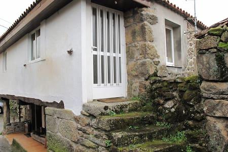 casa de piedra en reserva natural.