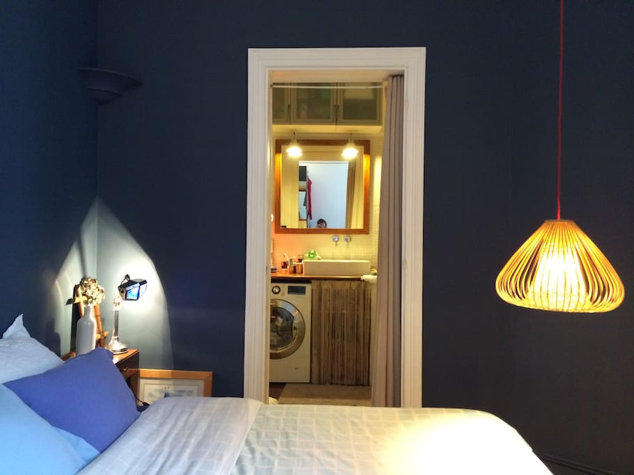 The blue bedroom. Queen-size bed with linen provided, and the bathroom. Cosy, the perfect nest for a perfect sleep after a long day running the city !