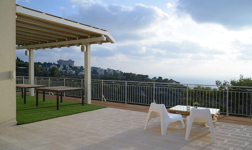 """Fabian, Germany: """"The apartment is amazing. It's situated on the hills over Haifa and I enjoyed the beautiful view from the terrace on the sea and on the town. Like this I imagine the Hollywood hills."""""""