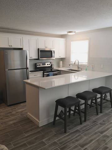 Bay Side Renovated Condo | Minutes to Everything
