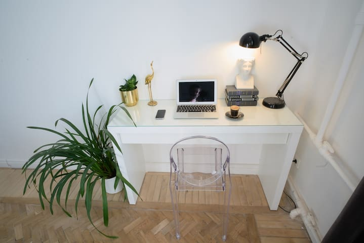 Masterbedroom 1: Work or Makeup desk