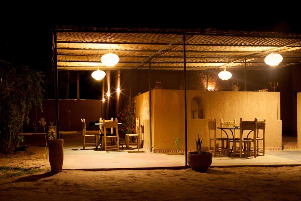 De nombreux coins extérieur sont aménagés pour se détendre autour d'un thé ou pour diner.