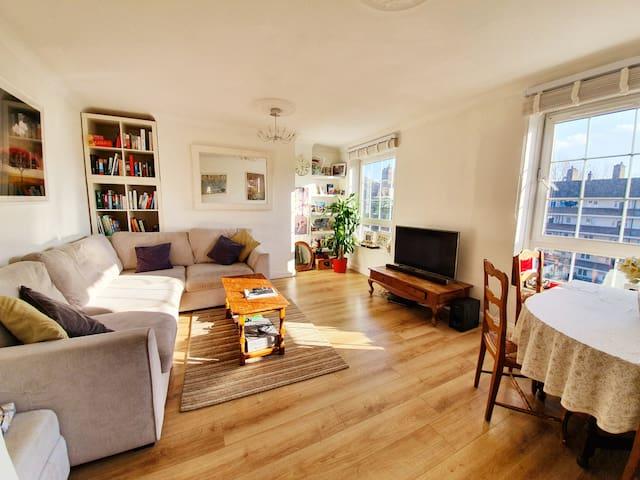 Private room in trendy london bridge flat