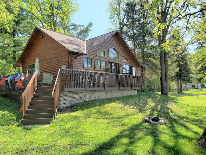 2BR cabin on lake w/amazing views, fireplace