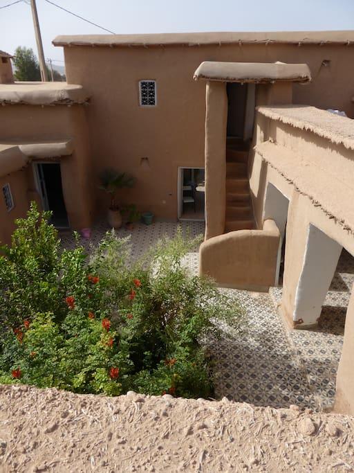 Patio, vue de l'escalier donnant accès à la terrasse et à une des chambres.