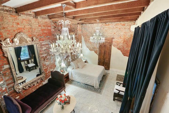 Luxury Mansion 10 steps to Bourbon sleeps 5
