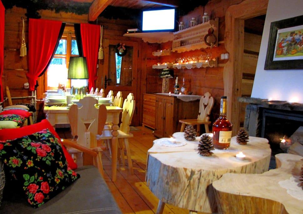 salon biesiadny z kominkiem i duzym tarasem z widokiem na Tatry ...