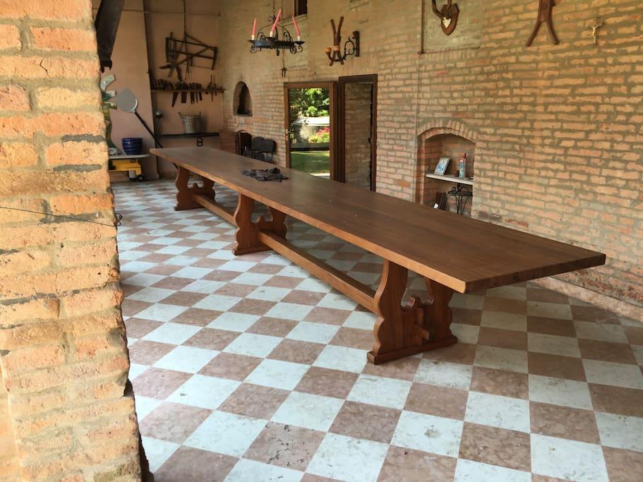 portico e grande tavolo esterni all'abitazione