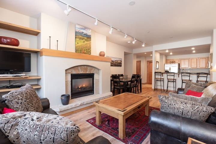 Stunning Remodel! Ski in/out! Heated pool/jacuzzis