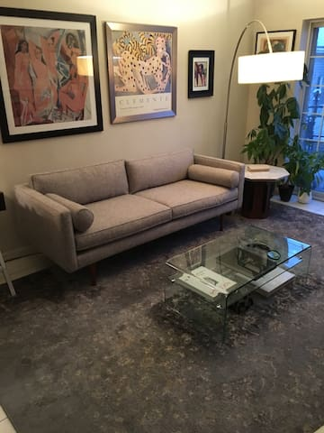 Chic pied-a-terre w/ terrace -15mins to Manhattan