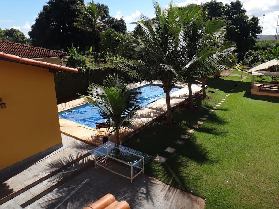 Área da piscina aquecida com jardim