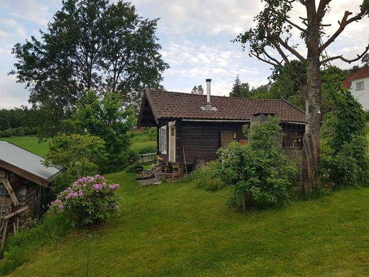 Landlig tømmerhus med flott utsikt mot Tønsberg