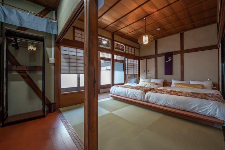 Big Japanese style bedroom faces rooftop balcony. :) 2Fは和室で屋上バルコニーとつながっています。