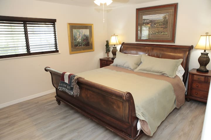 Master Bedroom Bungalow  Minutes from the Beach!