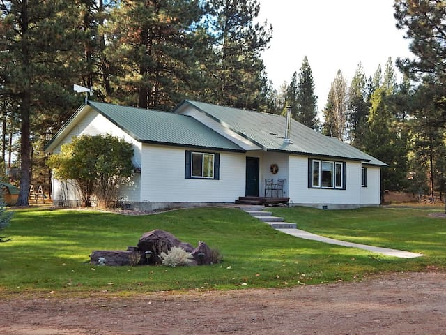 Quiet Country Retreat for 16- Wi-fi, Close to town