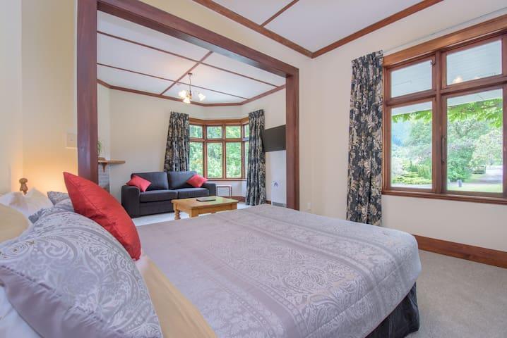 Queen Studio Apartment below Coronet Peak