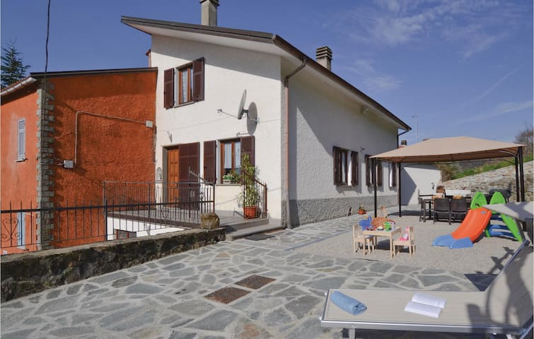 Semi-Detached with 4 bedrooms on 250m² in Varese Ligure  (SP)