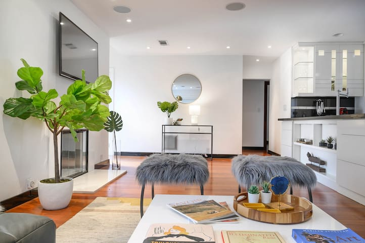 Spacious Modern Family Home in West LA | 6-8 PPL