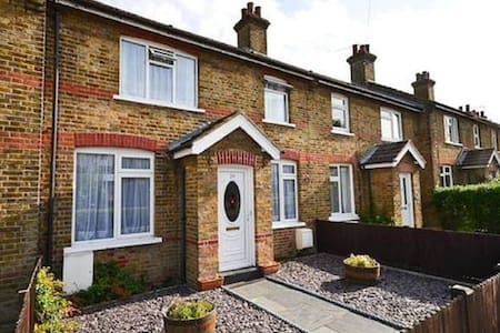 Double bedroom in a cosy cottage by the tube! - Barnet
