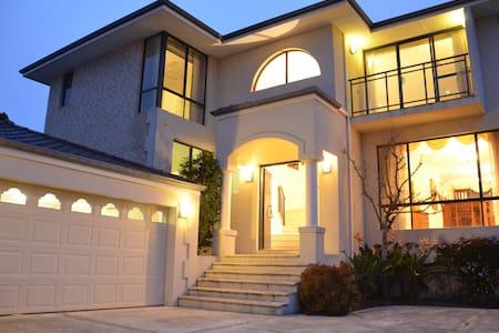 City View Luxury 5 Bedroom Home