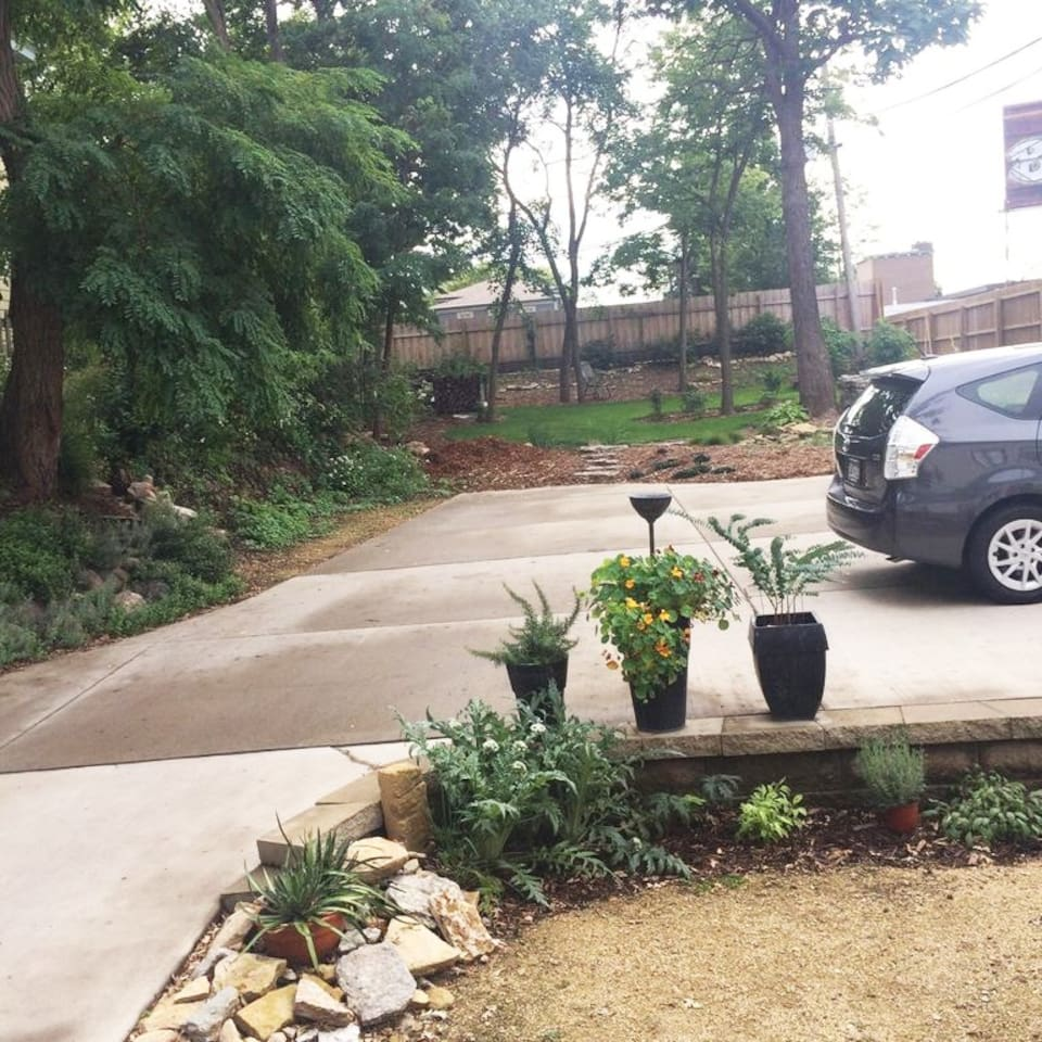 Private back yard and garden with free parking