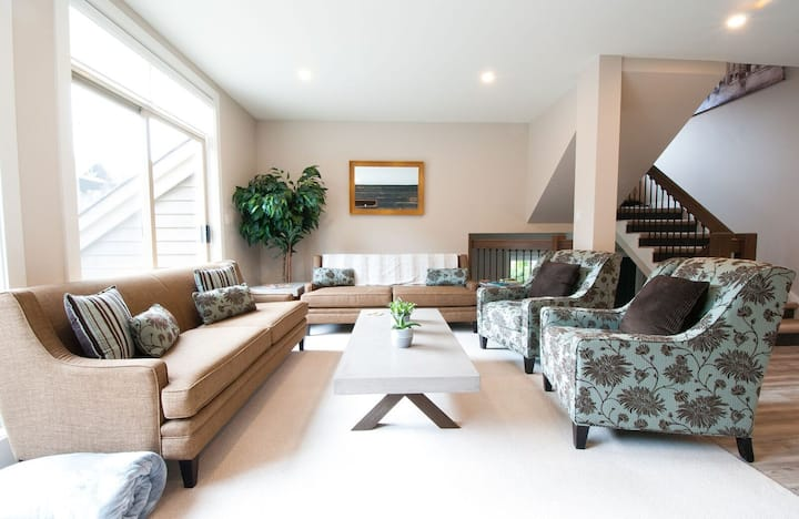 LUXURY 3BR Home: BBQ, PRIVATE Hot Tub-Walk to Golf
