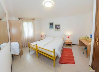 Camera da letto con due letti singoli o letto matrimoniale a due piastre.