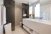 Wohlfühl Bad. Die Qualität der Materialien, dimmbares Licht, die ungewöhnliche Spiegelanlage und Fussbodenheizung.