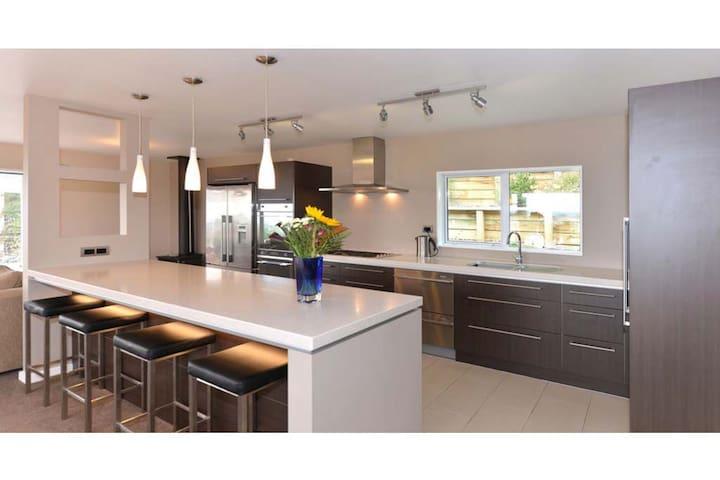 'Rosewood' - comfort, style & affordability - Richmond - บ้าน