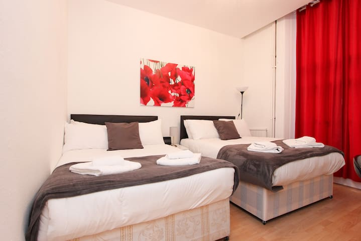 Family Studio Sleeps 4 Next to Hyde Park GT11