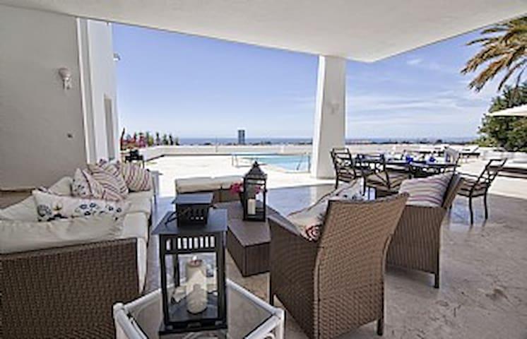 Terraza con la Piscina / Terrace with Pool