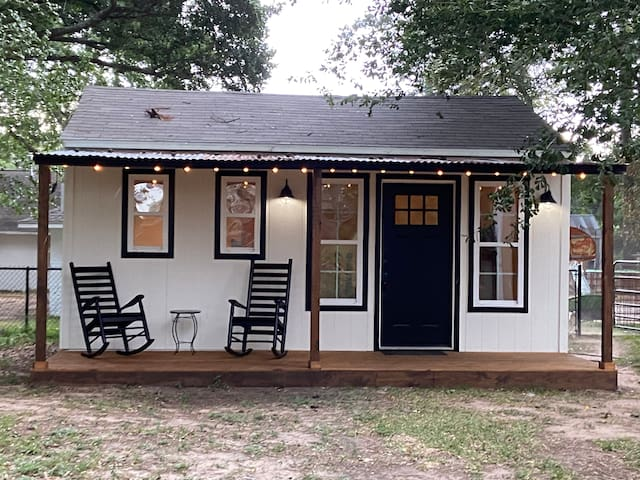 A Cozy Guest Nest in Tomball