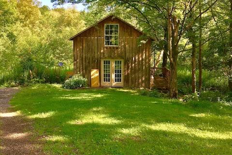 Cozy Cazenovia Creek Cottage - Private Retreat!