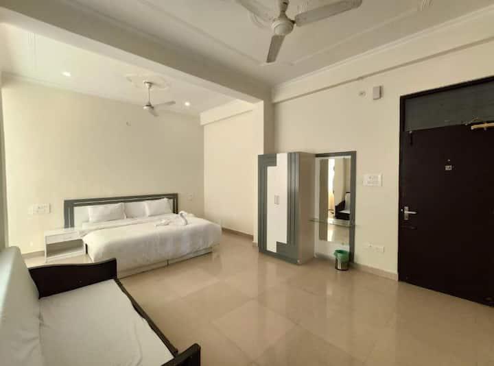 Laxman Jhula's Family Rooms with Balcony