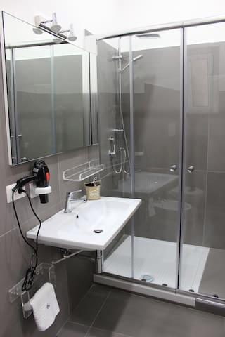 Camere private bagno privato e/o Cucina.