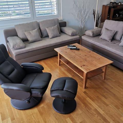 Wohnzimmer mit 2 Bettsofa's und einem Relax-Stuhl. Die Bettsofa's können verschiedenartig kombiniert werden (siehe weitere Fotos).