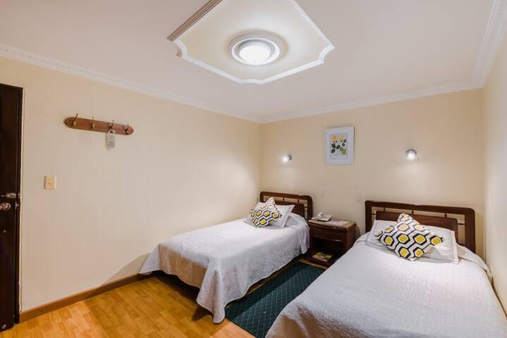 Habitación con 2 camas sencillas de 90 cm